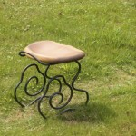 雲の椅子 木なのに柔らかく感じる座面。その座面を支える脚を「雲」をイメージして制作しました。形だけではなく、形状がクッションの役割を果たしふわっとした座り心地。まさに、雲に座るような感覚です。  柔らかい素材はひとつも使用していません。 座面を座りやすさを追求した形に削り、硬いイメージの金属を曲線のみで仕上げて柔らかい印象を与えると同時に座面の座り心地を下から支える脚。  脚がクッッションの役割を果たすので床面を傷つけにくい。 和室、洋室、屋外どこにも合うデザイン。 座り心地にこだわったら、普通の椅子よりも少し低くなりました。 座面奥の手掛けは雲から太陽が昇る「朝日」をイメージ。  【材料】座面/朴 脚/鉄 【塗装】座面/天然オイル 脚/蜜蝋 【寸法】座面/390×360(mm) 高さ/400mm 【価格】59,500円